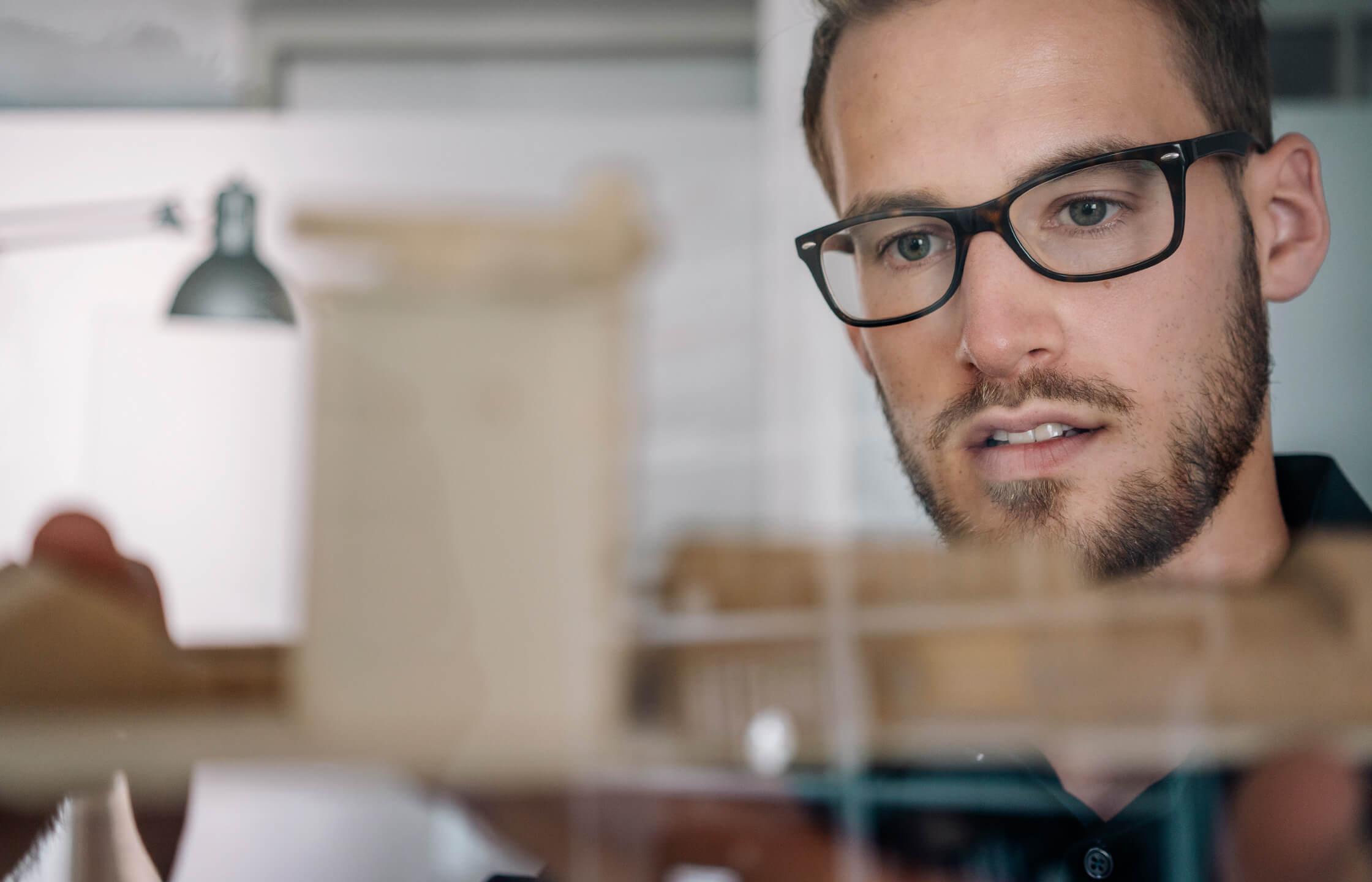 Mann mit Brille an beim Planen